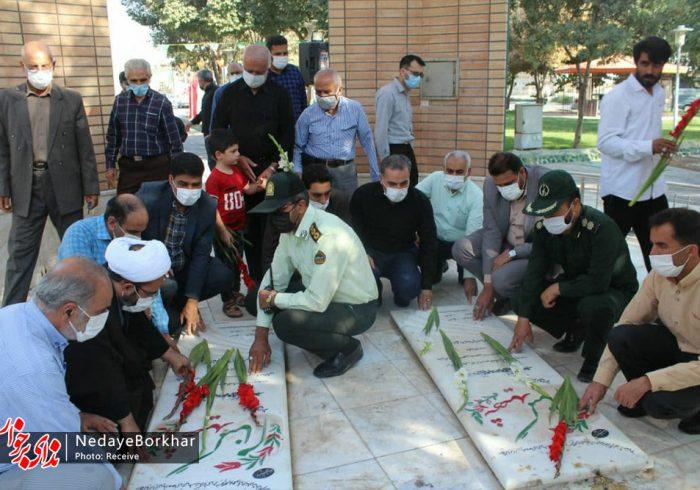 مزار شهدای شهرستان برخوار به مناسبت هفته دفاع مقدس عطرافشانی شد